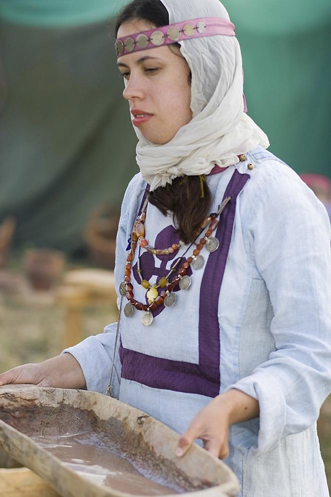 Молодая девушка  собирается стирать бельё в корыте