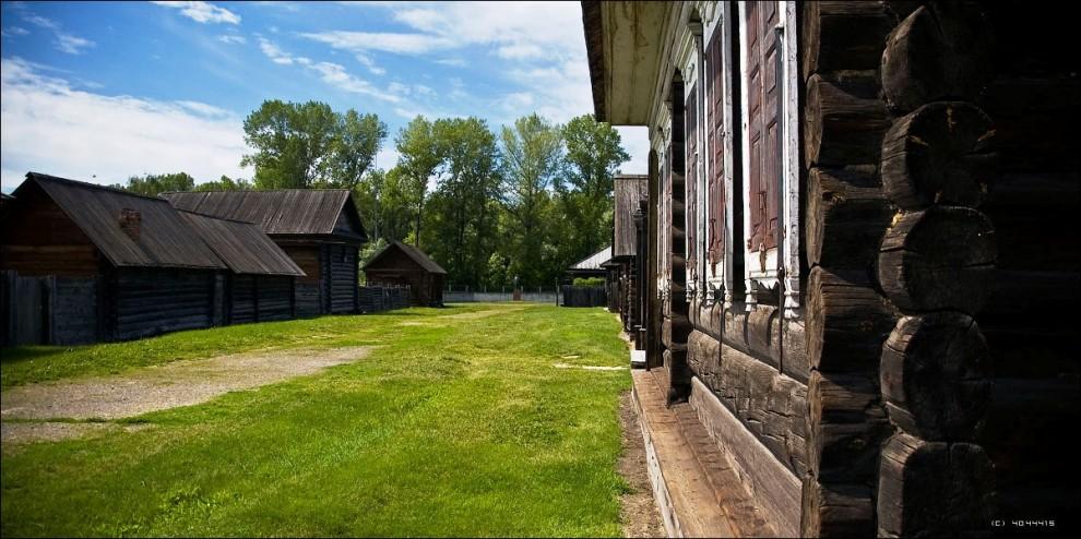 18) В крестьянских домах, на усадьбах воссозданы условия жизни и быта сибиряков рубежа XIX - XX веков.