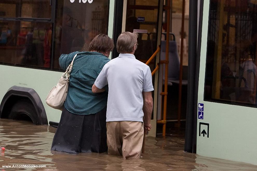 17) Спасатели вновь эвакуируют людей из затопленного общественного транспорта на ул.Немига.