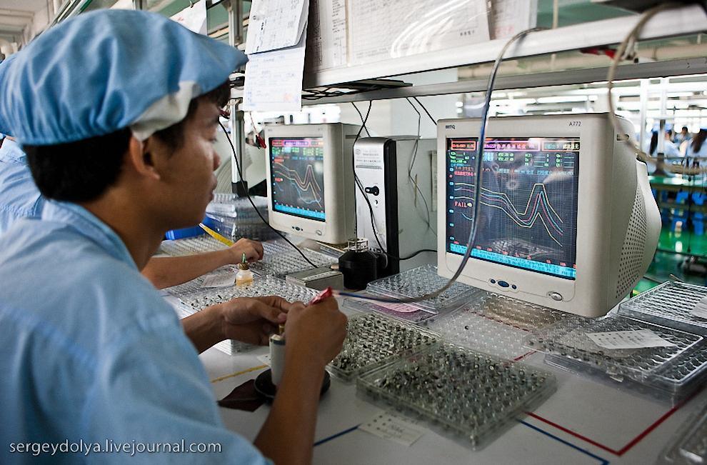 18) Рабочий проверяет наушники.