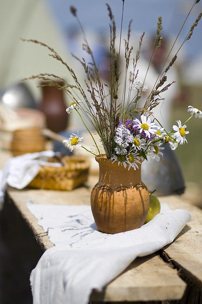 Простая красота обеденного стола ,украшенного полевыми цветами