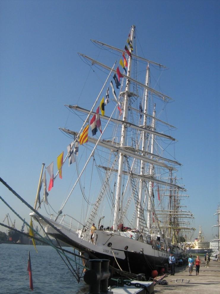 19) Названный в честь английского адмирала, Lord Nelson, был спущен на воду в 1985 году и одним из двух судов Jubilee Sailing Trust в Саутгемптоне, специально спроектированных для людей-инвалидов. Компания Jubilee Sailing Trust поручила Colin Mudie спроектировать первое парусное судно, на котором люди с ограниченными возможностями могут полноценно составлять половину команды.