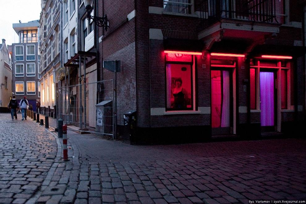 14) Начало темнеть. Снимать ночью почти невозможно. ИСО под 3000, все равно темно, плюс ко всему красный свет в окнах защищает девушек лучше всех охранников и предупреждений.