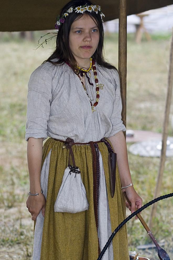 2-Девушка в традиционных древнеславянских одеждах занимается приготовлением пищи