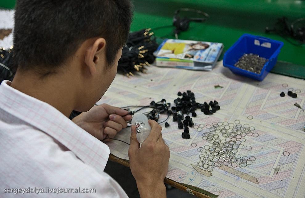 После покраски к вкладышам приклеивают декоративные металические кольца.