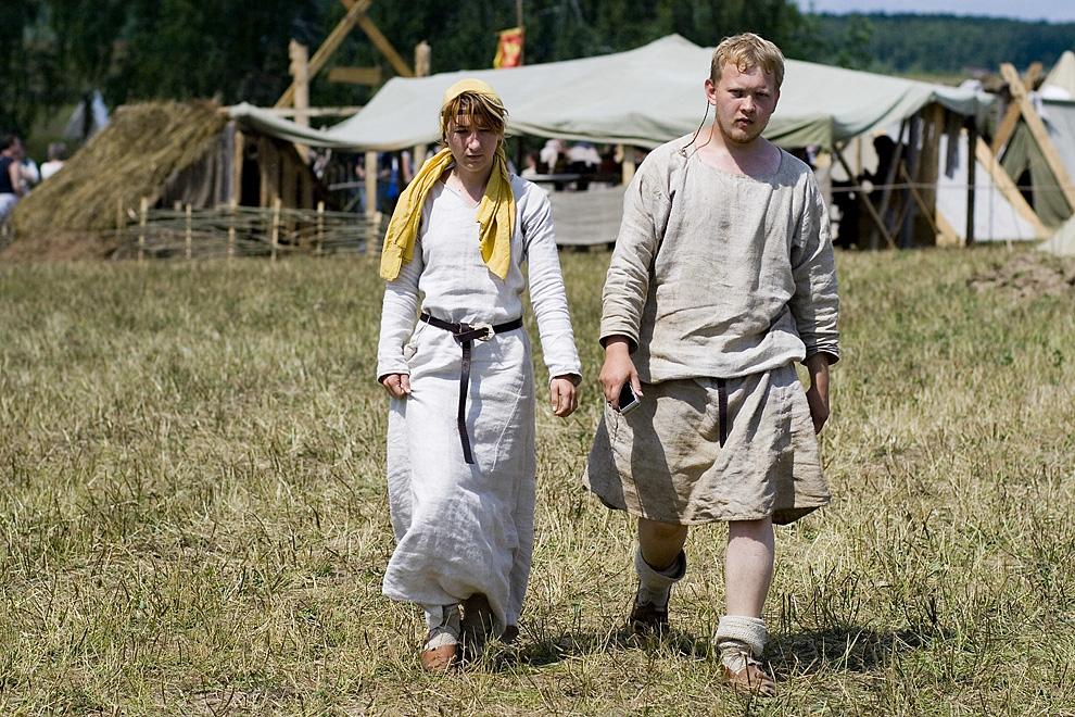 Молодая пара участников фестиваля в средневековых костюмах