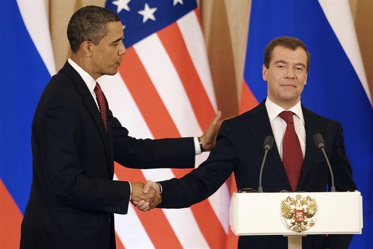 5) Рукопожатие президента Обамы и президента Медведева после совместной пресс-конференции в Кремле 6 июля. Обама сказал, что он предполагал, что спор между США и России вокруг ракетной защиты будет долгим. (Jim Watson/AFP - Getty Images)