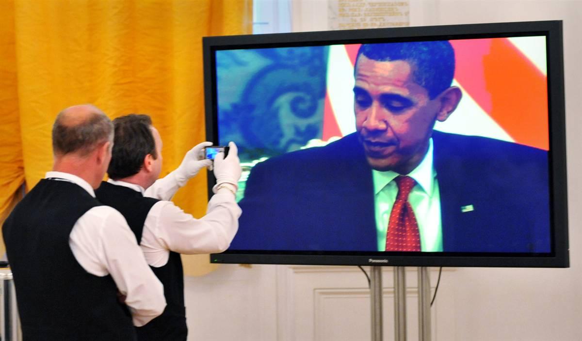 7) Официанты фотографируют выступление президента Обамы с экрана в Кремле. (Yuri Kadobnov/AFP - Getty Images)