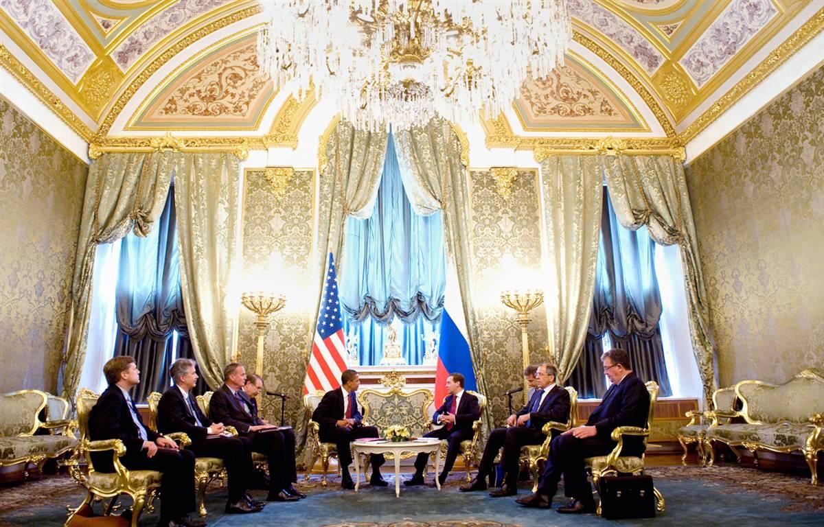 9) Президент Обама (слева в центре) и президент Медведев (справа в центре) во время встречи в Кремле. (Saul Loeb/AFP - Getty Images)