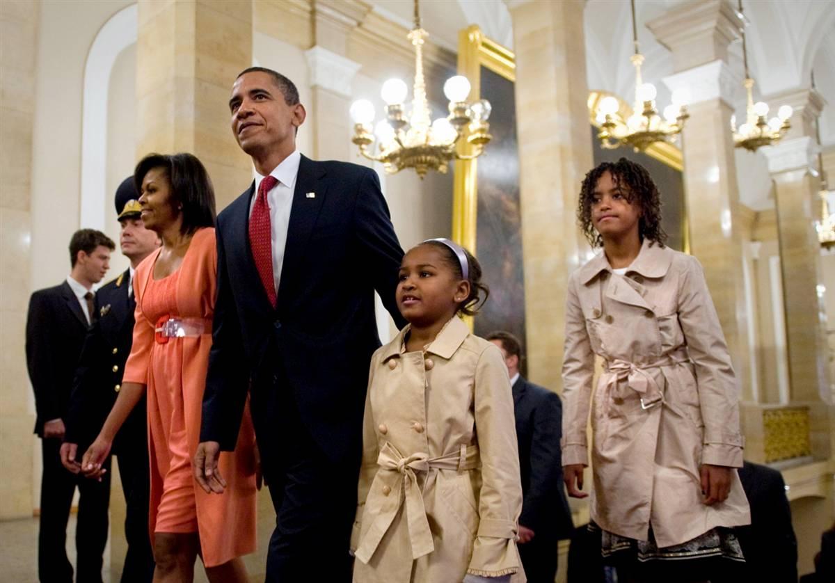 10) Президент Обама, его жена Мишель и дочери Саша и Малиа во время прогулки по Кремлю. (Sergei Guneev/AFP - Getty Images)