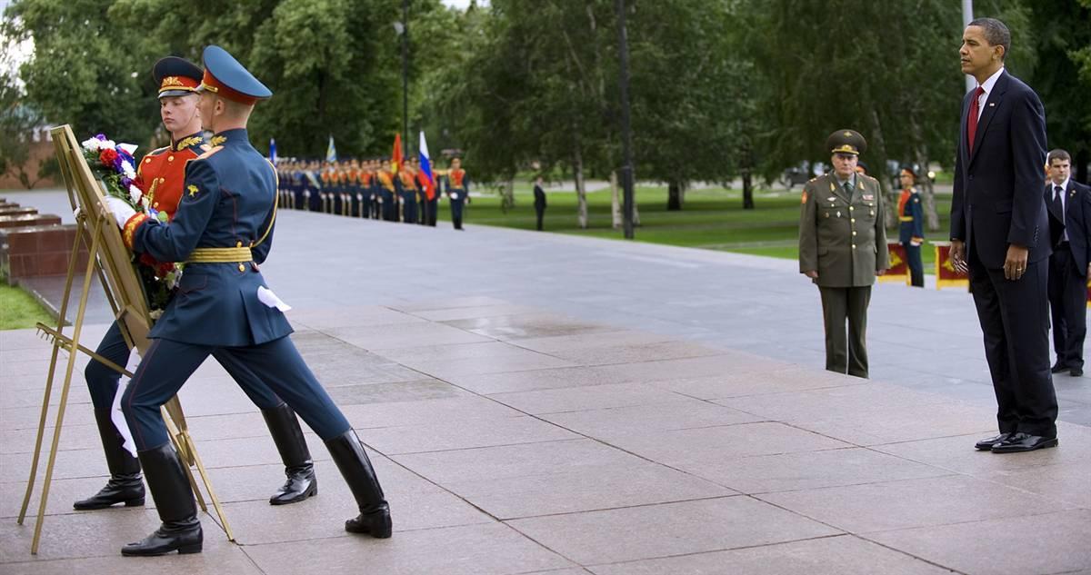 11) Барак Обама наблюдает за церемонией возложения венка к могиле неизвестного солдата. (Jim Watson/AFP - Getty Images)