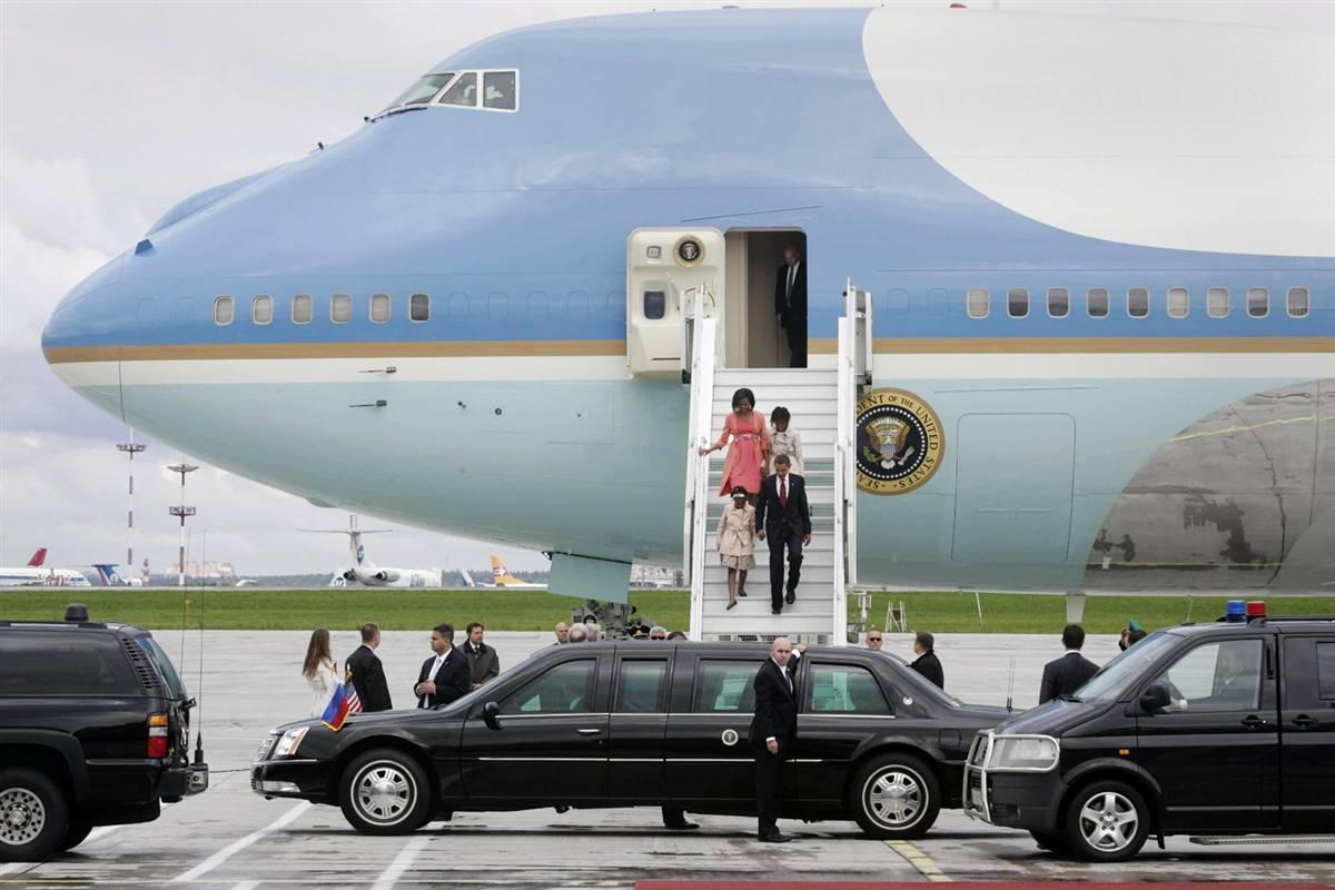 12) Президент Обама и первая леди Мишель Обама спускаются по трапу с Борта Номер 1 в Москве 6 июля. (Sergei Chirikov/EPA)