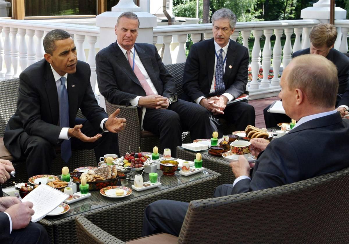 1) Президент США Барак Обама и премьер-министр России Владимир Путин во время встречи за завтраком 7 июля. Обама и Путин обсудили проблемы терроризма и распространения ядерного оружия. Американские чиновники охарактеризовали встречу как «очень успешную». (Alexey Druzhinyn/EPA)