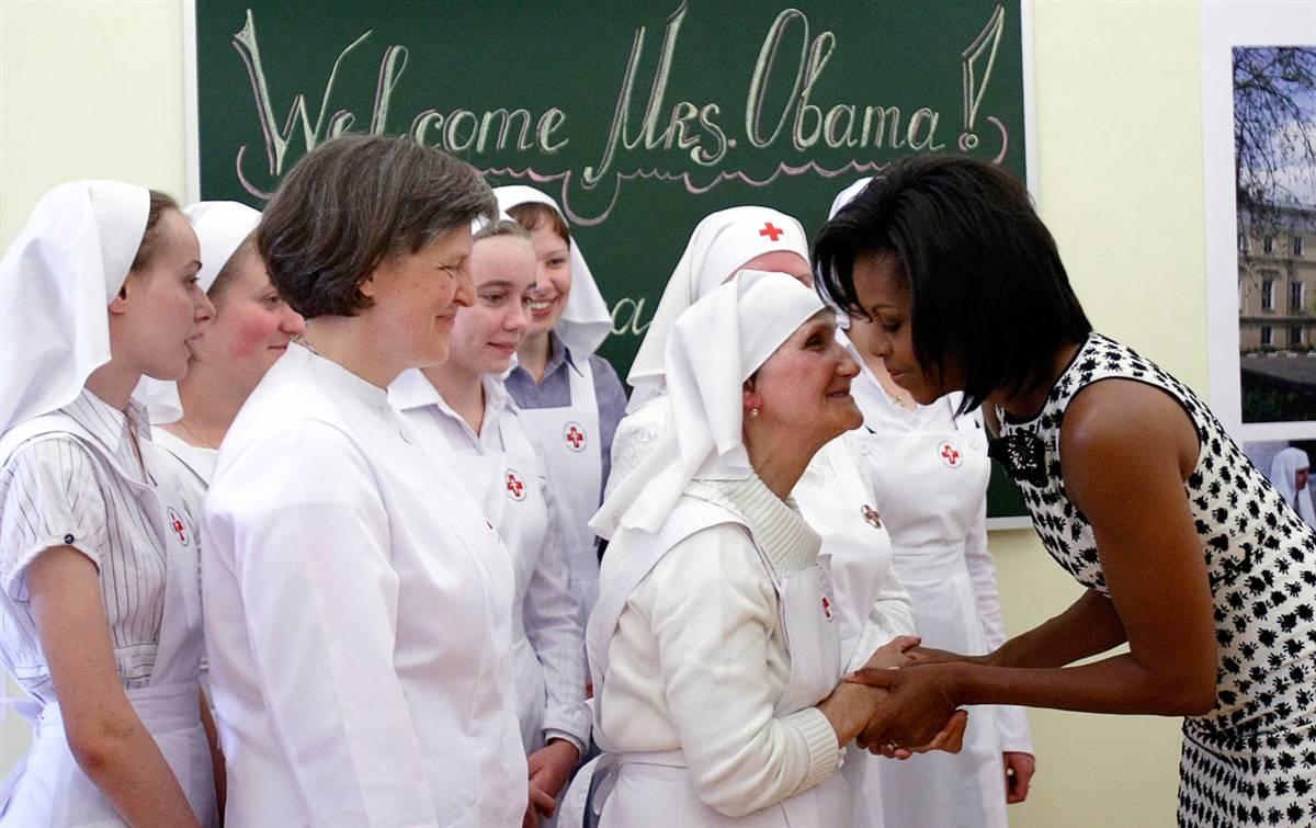 4) Первая леди Мишель Обама приветствует сестер милосердия во время посещения училища святого Дмитрия Нерсинга в Москве 7 июля. (Denis Sinyakov/Reuters)