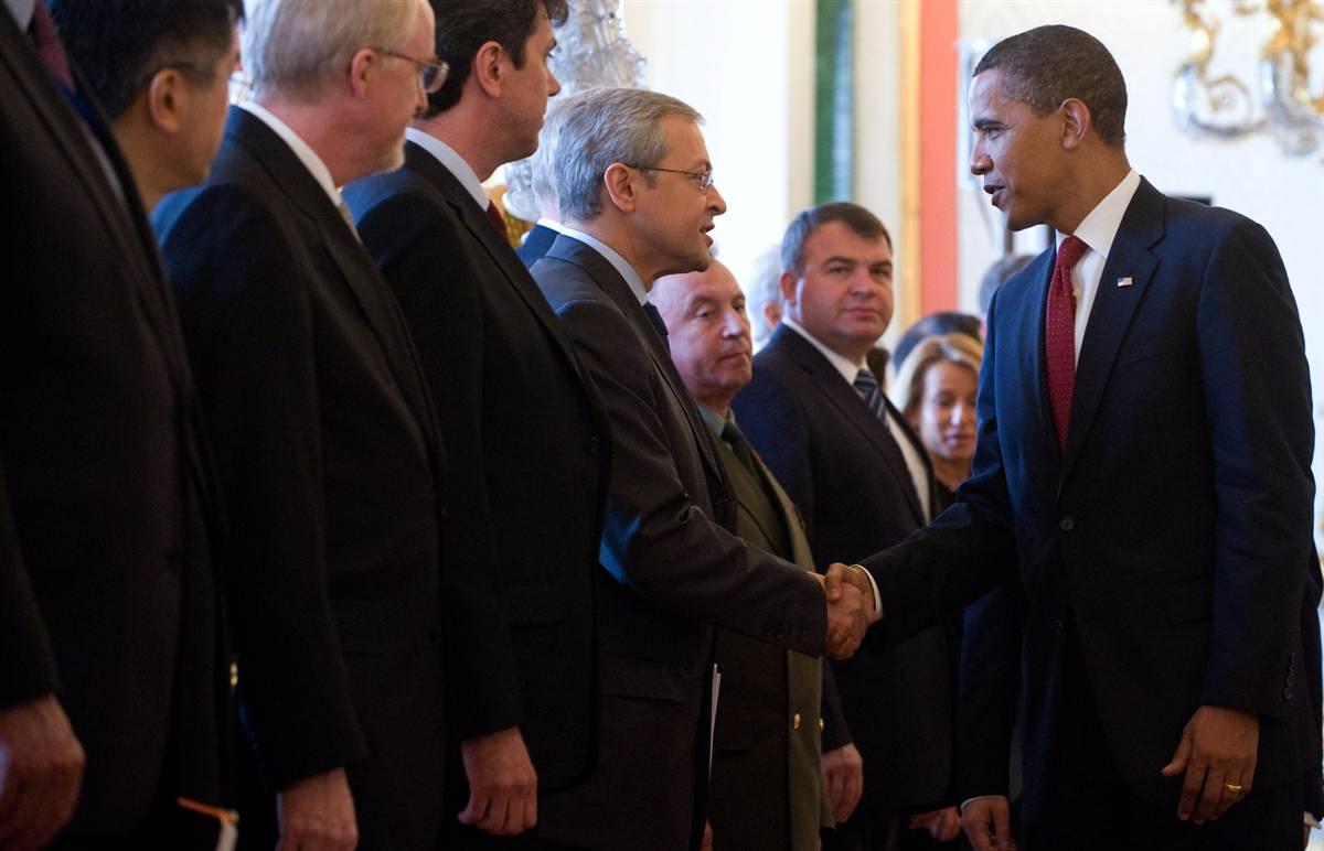 8) Барак Обама приветствует российскую делегацию перед встречей с президентом Дмитрием Медведевым в Кремле. (Saul Loeb/AFP - Getty Images)