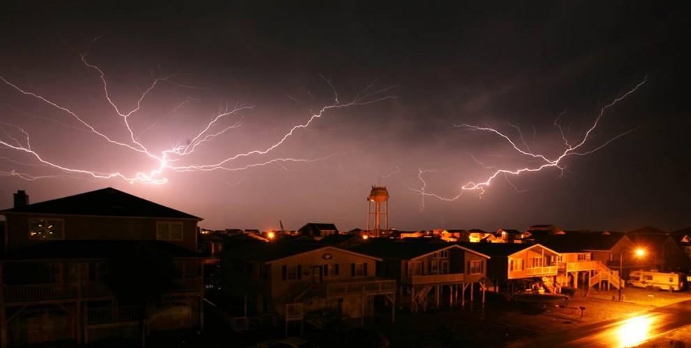 3) Вспышки молний в ночном небе во время грозы над городом Оушен Айл Бич, штат Северная Каролина. Снимок сделан 20 мая 2008 года. (Kyle Green/AP)