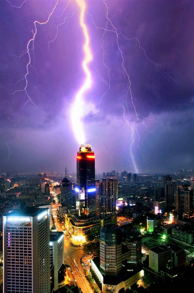 2) Молнии над зданиями в китайском городе Нанкин в восточной провинции Цзянсу. Снимок сделан 1 августа 2006 года. (AP)
