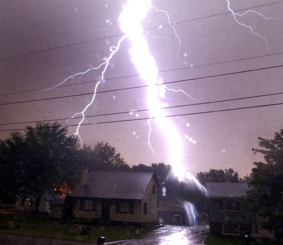 1) Удар молнии за жилым домом в Сидар-Рапидс, штат Айова. Снимок сделан 26 августа 2004 года. (Laura Segall/The Gazette)
