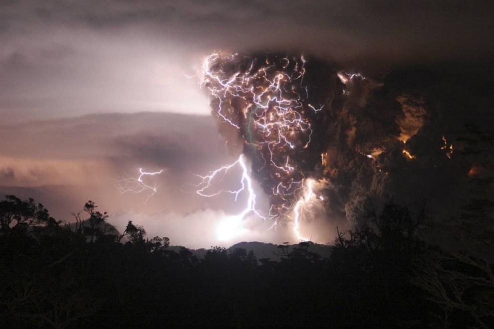 13) Молнии бьют внутри и вокруг столба газа и пыли, который извергается из кратера чилийского вулкана Чайтен. Снимок был сделан 2 мая 208 года во время начала первого за тысячи лет извержения. (Carlos Gutierrez/Reuters)