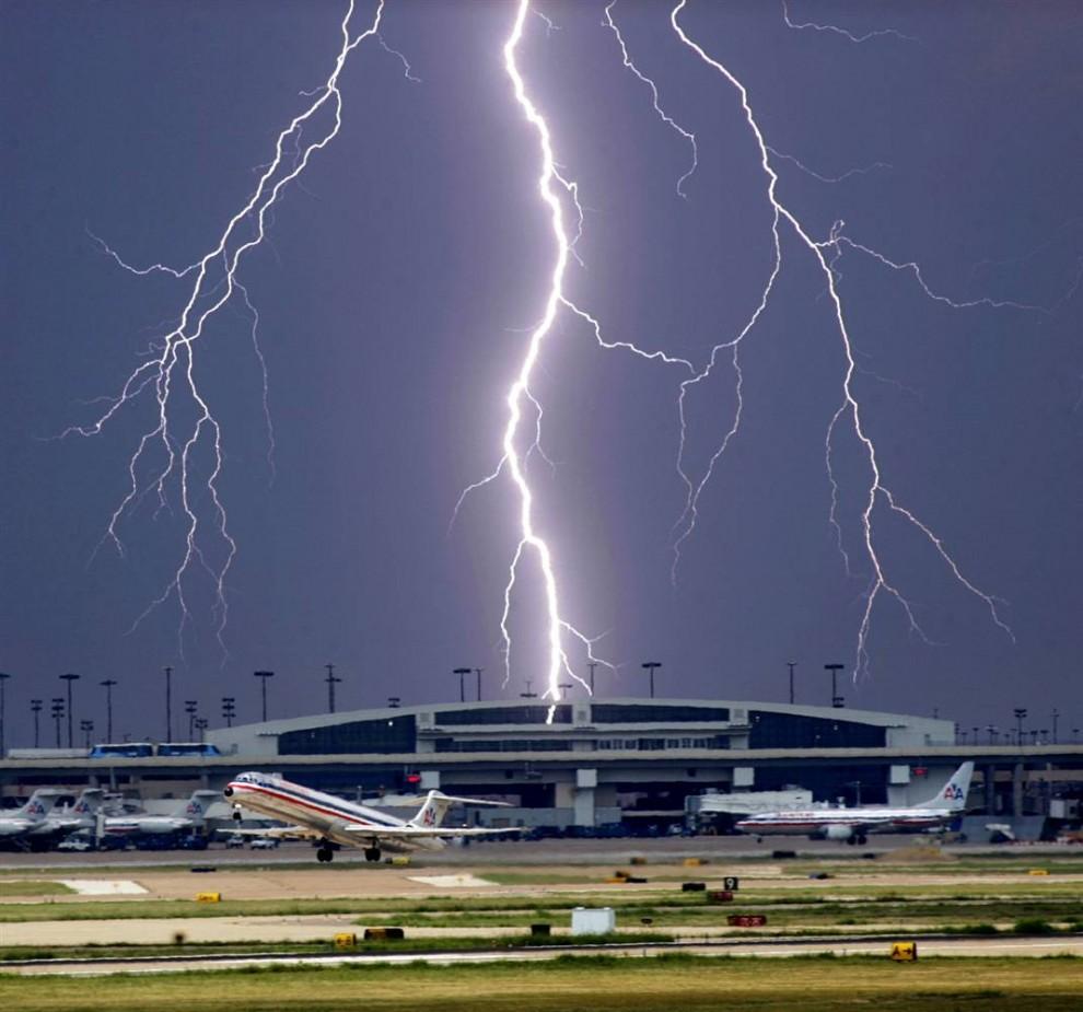 10) Вспышка молнии над терминалом D международного аэропорта Далласа во время взлета самолета «American Airlines». Снимок сделан 11 сентября 2006 года. (Tom Fox/AP)