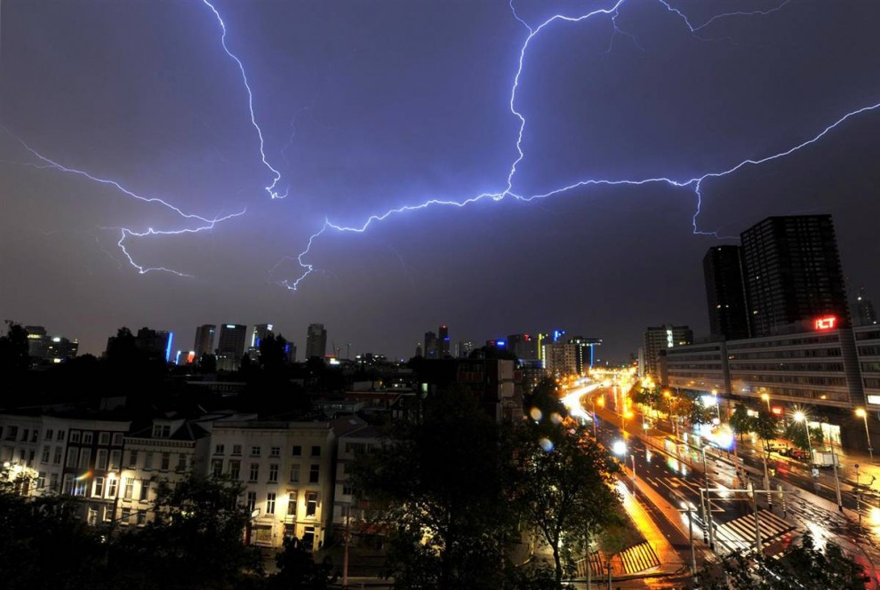 9) Молния во время сильной грозы в Роттердаме. Снимок сделан 26 мая 2009 года. (Marco de Swart/EPA)