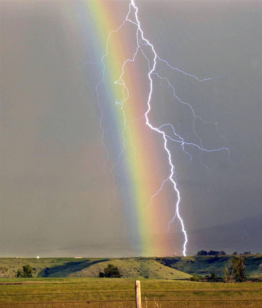 8) Молния и радуга во время грозы над Шериданом, штат Вайоминг. Снимок сделан 15 июня 2005 года. (Ryan Brennecke/AP)