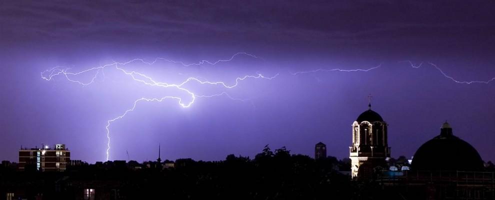 7) Ночное небо Лондона рассечено молнией. Снимок сделан 7 августа 2008 года. (Dan Kitwood/Getty Images)