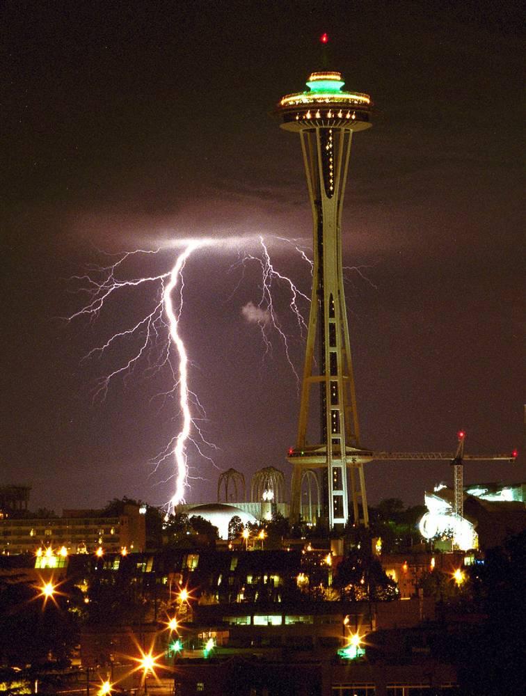 6) Молния рядом с башней Спейс Нидл в Сиэтле, штат Вашингтон. Снимок сделан 4 августа 1999 года. (Patrick Hagerty/AP)