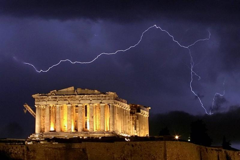 5) Молния во время грозы над храмом Парфенон в Акрополе. Снимок сделан 9 октября 2006 года. (Aris Messinis/AFP - Getty Images)