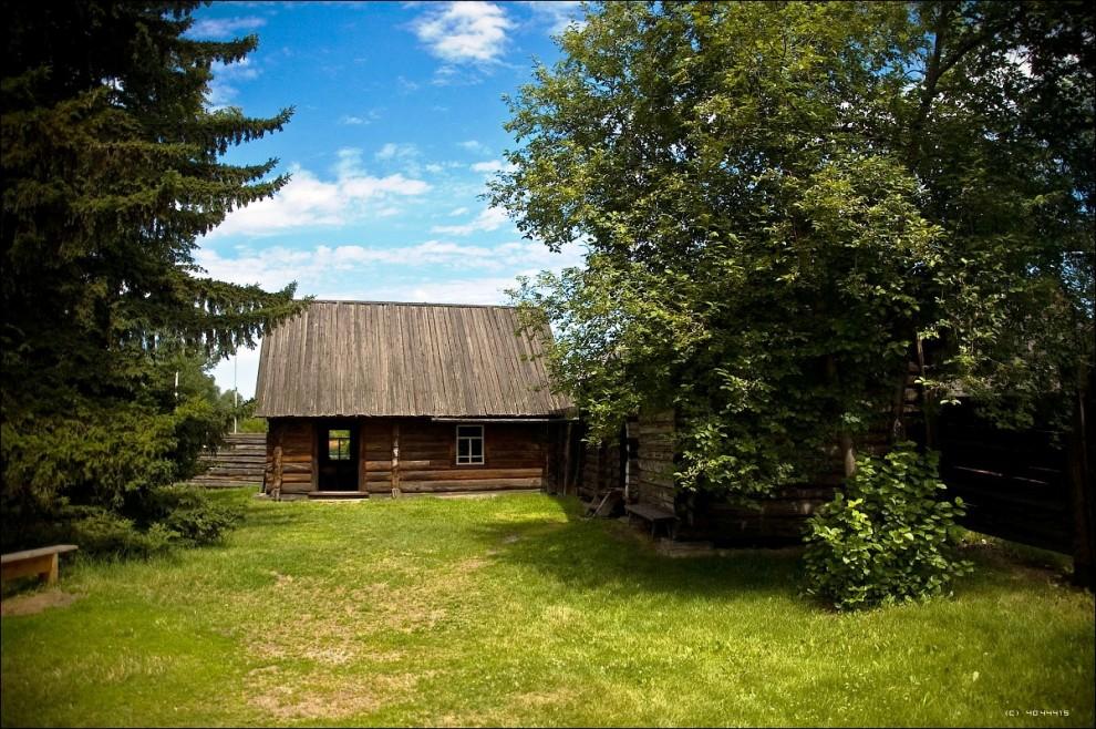 20) На фото - внутренний дворик усадьбы и банька.