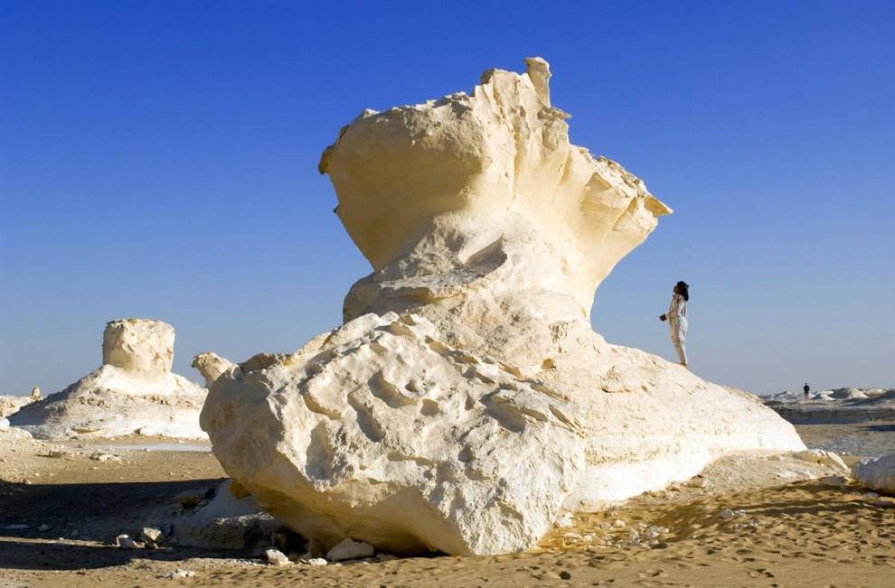 20) Турист забрался на огромный известковый камень, образовавшийся в результате песчаных бурь в белой пустыне, Египет. (Bertrand Rieger/Hemis.fr)