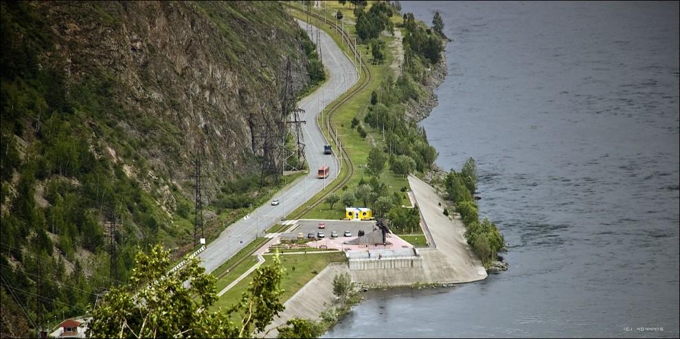 17) Вид на смотровую площадку с памятником строителям ГЭС с гребня плотины.