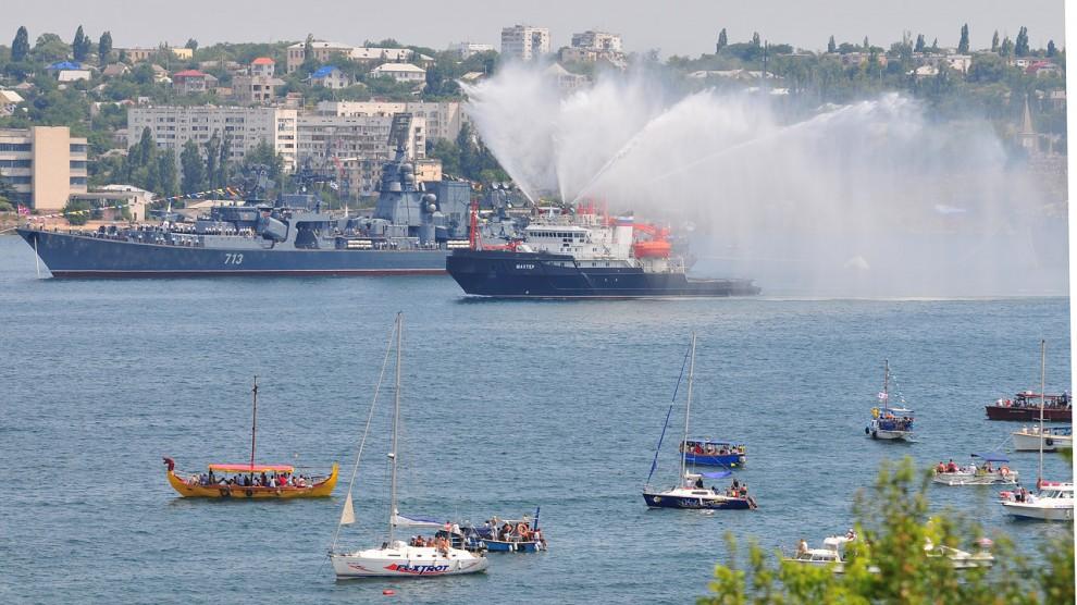 """20) Пожарный корабль """"Шахтер"""" облил своими фонтанами не одного матроса на """"Керчи""""."""