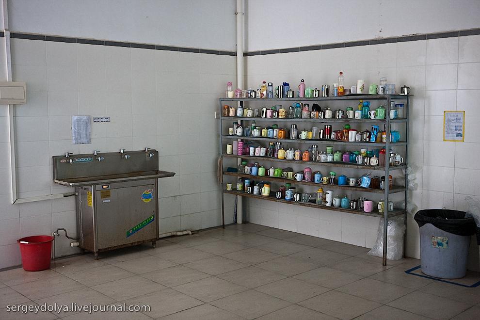 20) Так же, как и на других заводах, перед входом в каждый цех, здесь стоит стеллаж с персональными чашками рабочих.