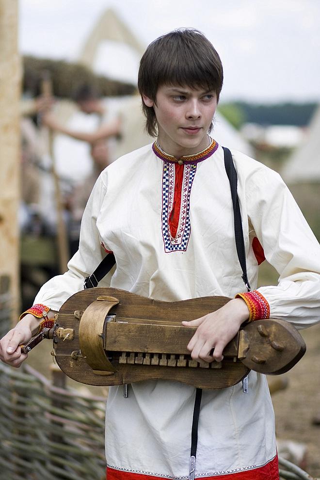 Молодой музыкант с волынкой
