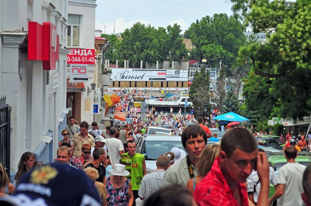 29) На этом парад был завершен. Народ начал разбегаться по городу.