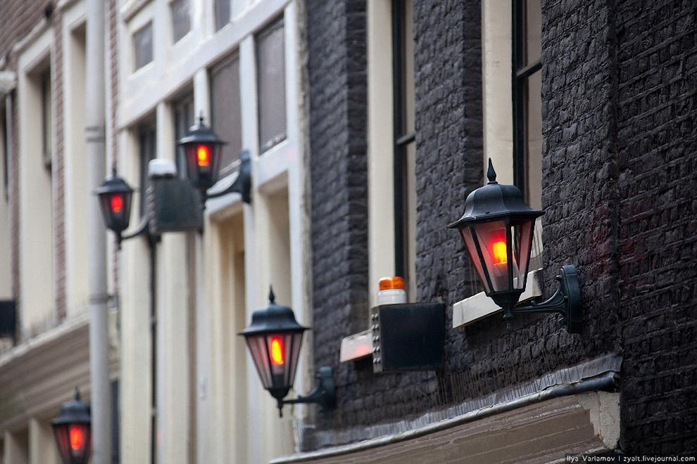 2) До XV века власти Амстердама пытались оградить добропорядочных горожан от проституток и не позволяли им входить в стены города. Однако по прошествии времени для жриц любви все же был выделен свой район Де Валлен (De Wallen), где с XIV века заправляли моряки. Фонари горят, дамы работают с утра.