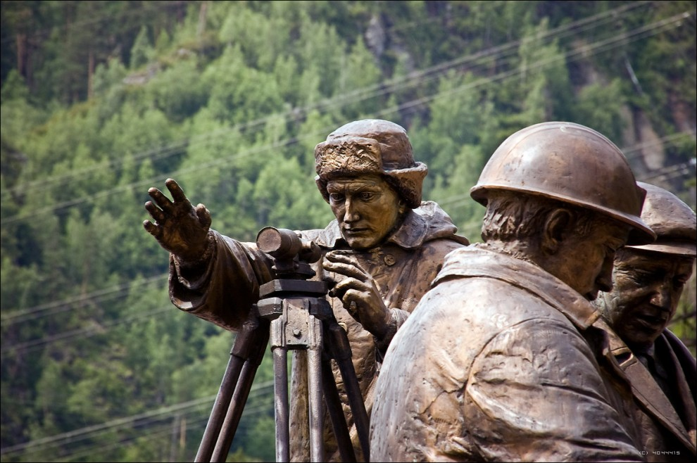 18) Фрагмент памятника строителям ГЭС.