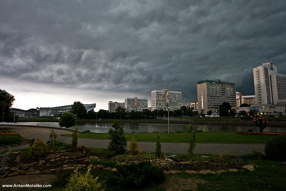 1) О том, что в пятницу, 24 июля в Минске ожидается очень сильный ливень - было известно еще в воскресенье.