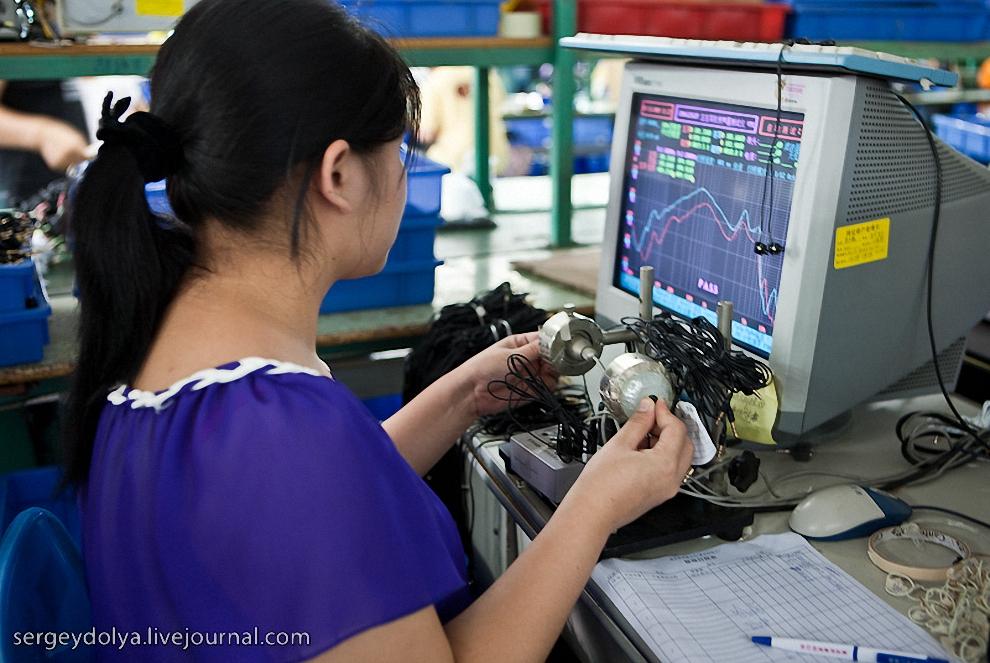 В конце 100% продукции тестируется на специальном оборудовании. Если частотные характеристики не совпадают с идеалом, то наушники возвращаются на конвейер.