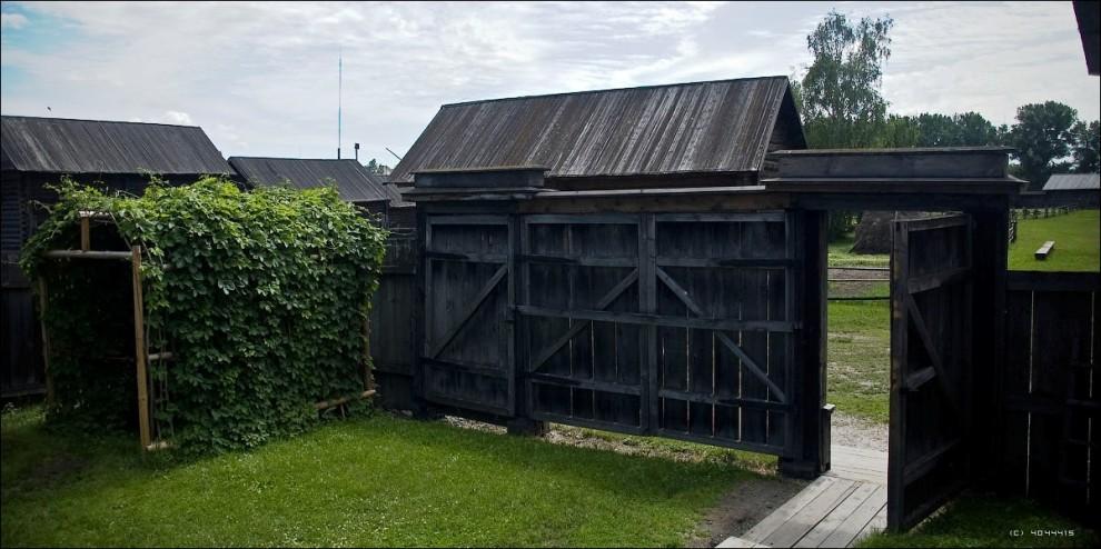 22) Парадные ворота дома и беседка. Согласно легенде её построили лично Владимир и Надя для того чтобы летом попивать в ней чай.