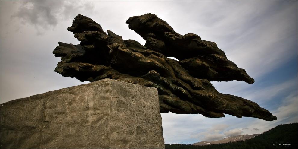 19) А во фрагменте памятника, символизирующем бурный поток воды только внимательный турист сможет разглядеть изображения рыб и русалок.