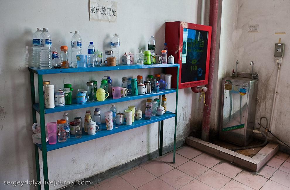 Перед каждым цехом стоит этажерка с чашками. Пить внутри производства запрещено. Раз в два часа объявляется перерыв, и рабочие могут восстановить свой водный баланс на лестничной клетке.