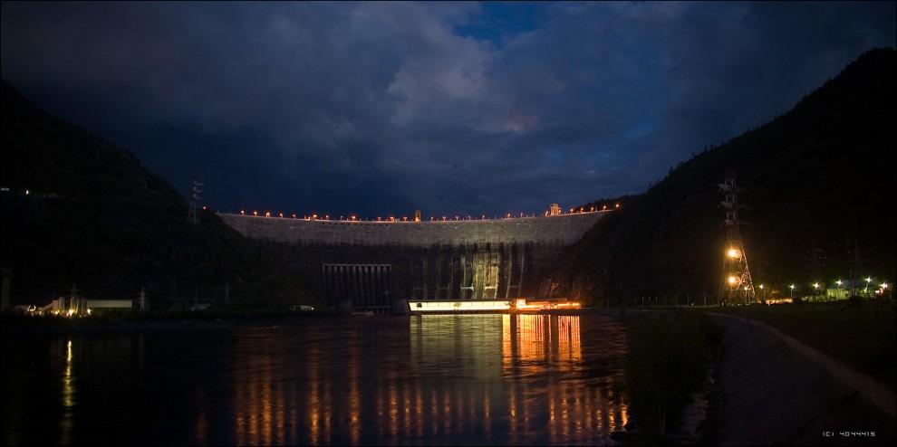 20) СШГЭС ночью. Вид от смотровой площадки.