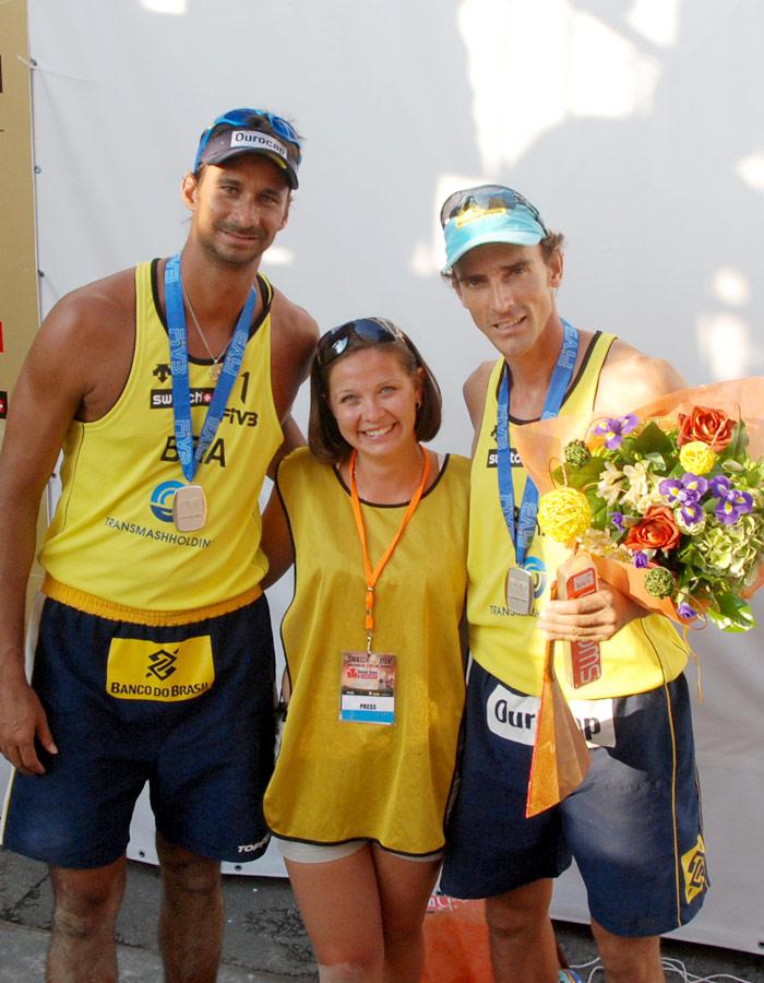 Бразильцы Рикардо и Эмануэль позируют с поклонниками.