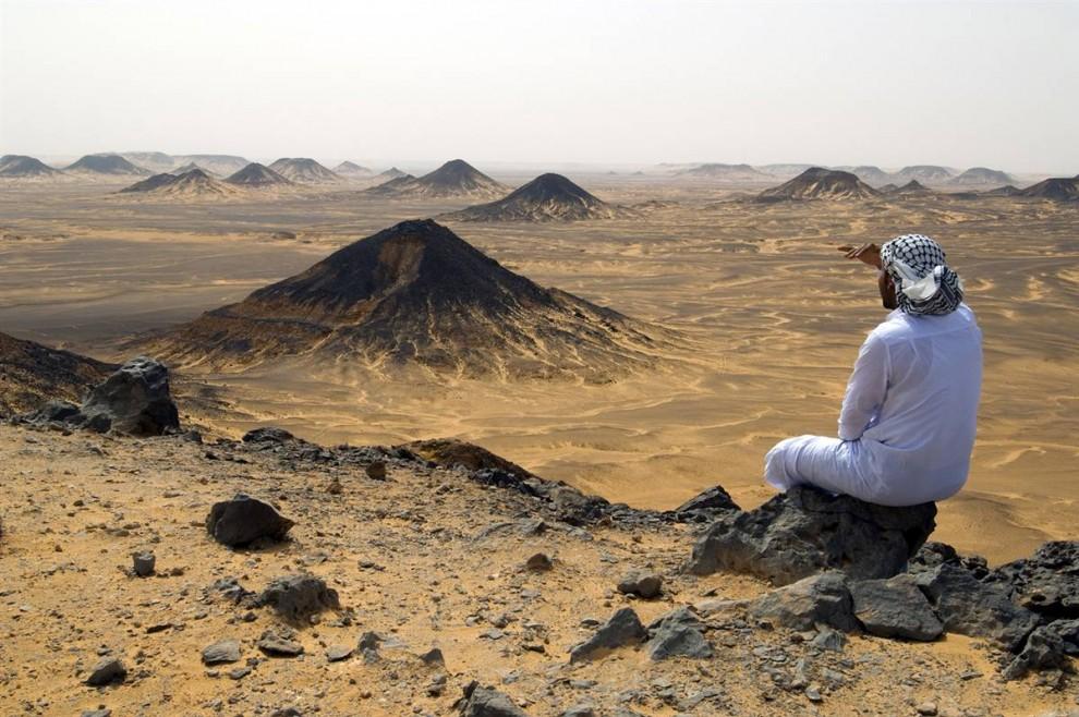 24) Мужчина любуется видом вулканических пиков Черной пустыни. (Rieger Bertrand/Hemis.fr)