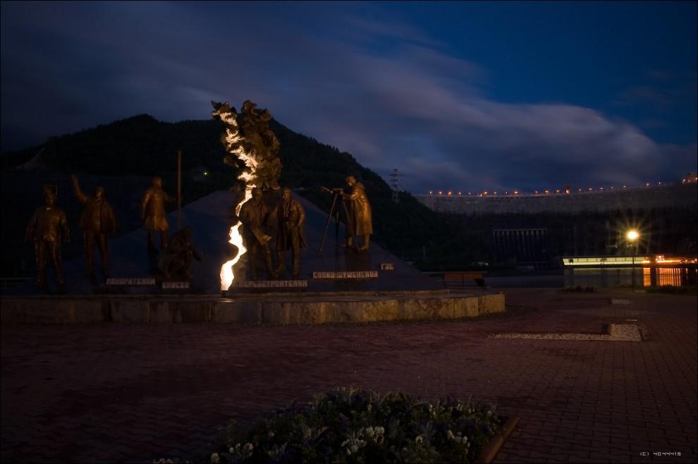 21) Памятник строителям ГЭС ночью.