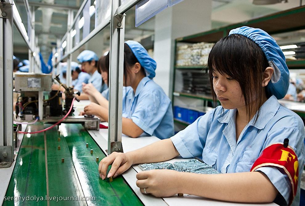 24) Намазать клей тонким ровным слоем вручную удается не всегда, поэтому его наносит машина. Вначале контролер проверяет заготовку.