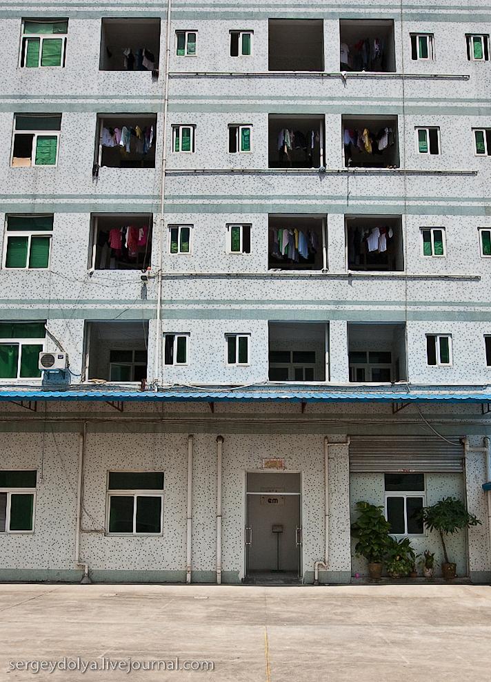 Ночуют рабочие в соседнем общежитии.