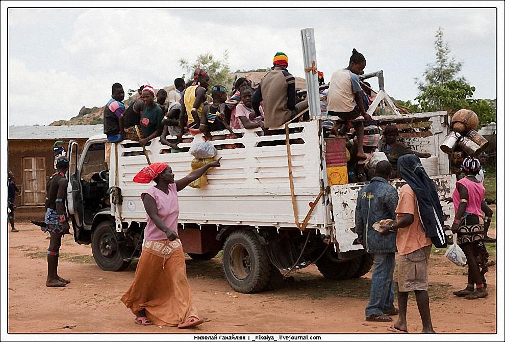 25) Посетители рынка Key Afer в Эфиопии.